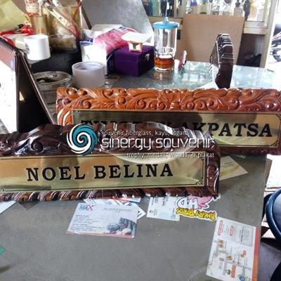 Papan nama meja kayu ukir