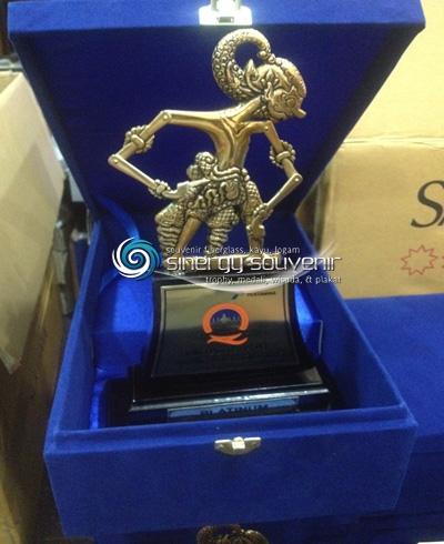 Souvenir Wayang Plakat Kayu Dan Kerajinan Logam Sinergy Souvenir Plakat Wisuda Fiberglass Plakat Kayu Plakat Logam Trophy Medali